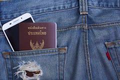 Διαβατήριο της Ταϊλάνδης στην τσέπη και το smartphone τζιν τζιν Στοκ Φωτογραφίες