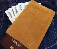 Διαβατήριο της Ταϊλάνδης, χρήματα στην τσέπη τζιν τζιν Στοκ Εικόνες
