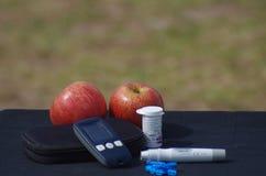 Διαβητικά glucometer και μήλο οργάνωσης σε έναν πίνακα Στοκ φωτογραφία με δικαίωμα ελεύθερης χρήσης