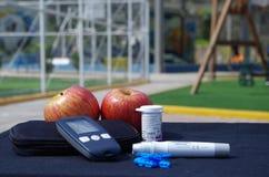 Διαβητικά glucometer και μήλο οργάνωσης σε έναν πίνακα onrk ένα PA Στοκ εικόνες με δικαίωμα ελεύθερης χρήσης