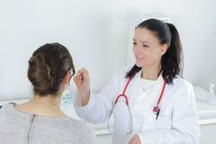 Διαβουλεύσεις ασθενών και γιατρών στοκ φωτογραφίες
