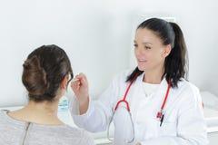Διαβουλεύσεις ασθενών και γιατρών στοκ φωτογραφία