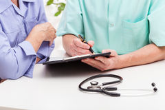 Διαβουλεύσεις γιατρού στοκ εικόνα με δικαίωμα ελεύθερης χρήσης