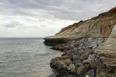 Διαβρωμένα πρόσωπα απότομων βράχων στην παραλία noarlunga λιμένων στοκ φωτογραφίες