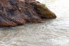 Διαβρωμένη νερό άσφαλτος που αναμιγνύει το αμμοχάλικο Στοκ Εικόνες