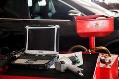Διαγνωστικές εργαλειομηχανές έτοιμες να χρησιμοποιηθούν με το αυτοκίνητο στο υπόβαθρο Στοκ εικόνα με δικαίωμα ελεύθερης χρήσης