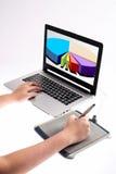 Διαγράμματα σχεδίου χεριών στη γραφική ταμπλέτα Στοκ εικόνες με δικαίωμα ελεύθερης χρήσης
