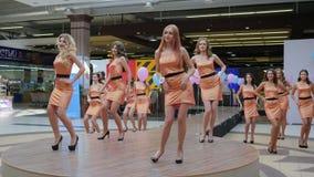 Διαγωνισμός ομορφιάς, συμπαθητικοί νέοι αγωνιζόμενοι με μακρυμάλλη σε ένα φόρεμα στην υψηλή βαλμένη τακούνια τοποθέτηση για τη κά απόθεμα βίντεο