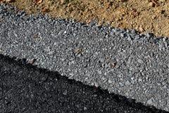 Διαγώνια άποψη των στρωμάτων του οδοστρώματος με την άσφαλτο, το αμμοχάλικο, και το ρύπο στοκ φωτογραφία