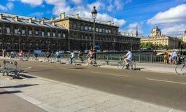 Διαγώνια γέφυρα τουριστών ποδηλάτων στο Παρίσι Στοκ Φωτογραφία