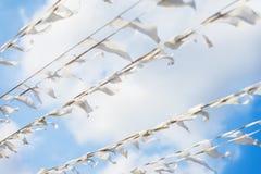 Διαγώνια γιρλάντα των άσπρων σημαιών της τριγωνικής μορφής, σημαίες ενάντια στο μπλε ουρανό Διακοπές οδών πόλεων Φεστιβάλ, ναυτικ Στοκ Φωτογραφία