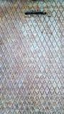Διαγώνια κάλυψη αγωγών μετάλλων πορτών στοκ φωτογραφίες