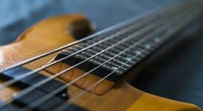 Διαγώνια κινηματογράφηση σε πρώτο πλάνο που πυροβολείται μιας βαθιάς κιθάρας 5 σειράς Στοκ Φωτογραφία