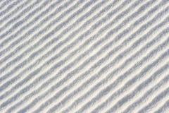 Διαγώνια κύματα (ή κορυφογραμμές) στο χιόνι Στοκ εικόνα με δικαίωμα ελεύθερης χρήσης
