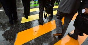 Διαγώνια οδός ανθρώπων στη βροχερή ημέρα Στοκ φωτογραφία με δικαίωμα ελεύθερης χρήσης