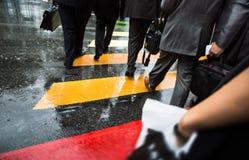 Διαγώνια οδός ανθρώπων στη βροχερή ημέρα Στοκ Φωτογραφία