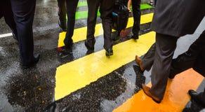 Διαγώνια οδός ανθρώπων στη βροχερή ημέρα Στοκ Εικόνες