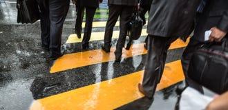 Διαγώνια οδός ανθρώπων στη βροχερή ημέρα Στοκ φωτογραφίες με δικαίωμα ελεύθερης χρήσης
