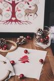 Διαγώνια σχέδια και διακοσμήσεις βελονιών Χριστουγέννων στον ξύλινο πίνακα Προετοιμασία των χειροποίητων δώρων για το νέα έτος κα Στοκ Εικόνα