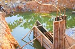 Διαγώνιος ποταμός γεφυρών κατασκευής με το διάστημα αντιγράφων Στοκ Εικόνες