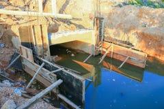 Διαγώνιος ποταμός γεφυρών κατασκευής με το διάστημα αντιγράφων Στοκ φωτογραφία με δικαίωμα ελεύθερης χρήσης