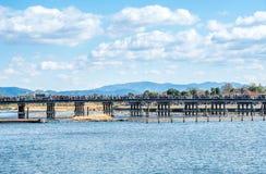 Διαγώνιος ποταμός γεφυρών σε Arashiyama, Ιαπωνία Στοκ Εικόνες