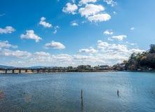 Διαγώνιος ποταμός γεφυρών σε Arashiyama, Ιαπωνία Στοκ Φωτογραφίες