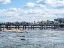 Διαγώνιος ποταμός γεφυρών σε Arashiyama, Ιαπωνία Στοκ εικόνες με δικαίωμα ελεύθερης χρήσης