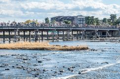 Διαγώνιος ποταμός γεφυρών σε Arashiyama, Ιαπωνία Στοκ φωτογραφία με δικαίωμα ελεύθερης χρήσης