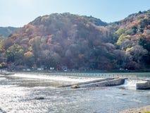 Διαγώνιος ποταμός γεφυρών σε Arashiyama, Ιαπωνία Στοκ εικόνα με δικαίωμα ελεύθερης χρήσης