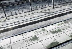 Διαγώνιος πυροβολισμός Διαδρομές, πεζοδρόμιο, φράκτης και σκιές τραμ το ηλιόλουστο πρωί Στοκ εικόνες με δικαίωμα ελεύθερης χρήσης
