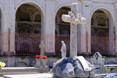 Διαγώνιο άγαλμα με την κατασκευή στοκ εικόνα με δικαίωμα ελεύθερης χρήσης