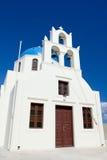 διαγώνιο λευκό santorini νησιών της Ελλάδας εκκλησιών κουδουνιών Στοκ εικόνες με δικαίωμα ελεύθερης χρήσης