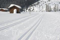 Διαγώνιο να κάνει σκι χωρών ακολουθεί στο χειμερινό τοπίο Στοκ Φωτογραφία