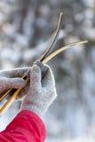Διαγώνιο σκι χωρών στα χέρια των γυναικών Στοκ Φωτογραφίες