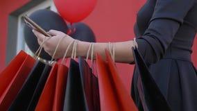 Διαδίκτυο που ψωνίζει, γυναίκα πελατών χρησιμοποιεί το smartphone για να αγοράσει και να πληρώσει on-line στην εποχή των εκπτώσεω απόθεμα βίντεο