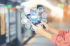 Διαδίκτυο των πραγμάτων IoT, έξυπνη συσκευή ταμπλετών εκμετάλλευσης χεριών γυναικών με το ολόγραμμα στο τραίνο ουρανού BTS στο υπ στοκ εικόνες με δικαίωμα ελεύθερης χρήσης