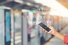 Διαδίκτυο των πραγμάτων IoT, χέρι γυναικών που κρατούν το έξυπνο τηλέφωνο στο τραίνο ουρανού BTS στη Μπανγκόκ Ταϊλάνδη με το ολόγ στοκ φωτογραφία με δικαίωμα ελεύθερης χρήσης