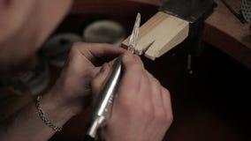 Διαδικασία ένα δαχτυλίδι του ασημιού φιλμ μικρού μήκους