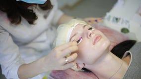 Διαδικασία επέκτασης Eyelash Μάτι γυναικών με τα μακροχρόνια eyelashes Τα μαστίγια, κλείνουν επάνω απόθεμα βίντεο