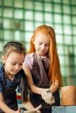 Διαδικασία εργασίας με τη ρόδα αγγειοπλαστών αργίλου Δύο κορίτσια που κάνουν την αγγειοπλαστική στο στούντιο Στοκ φωτογραφία με δικαίωμα ελεύθερης χρήσης