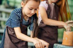 Διαδικασία εργασίας με τη ρόδα αγγειοπλαστών αργίλου Δύο κορίτσια που κάνουν την αγγειοπλαστική στο στούντιο Στοκ φωτογραφίες με δικαίωμα ελεύθερης χρήσης