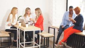 Διαδικασία εργασίας ομάδας Πολυφυλετική ομάδα γυναικών που στο γραφείο ανοιχτού χώρου φιλμ μικρού μήκους