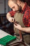 Διαδικασία εργασίας στο εργαστήριο δέρματος Βυρσοδέψης στον παλαιό φλοιό στοκ εικόνα με δικαίωμα ελεύθερης χρήσης