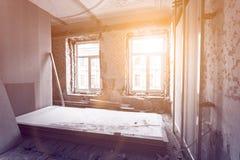 Διαδικασία εργασίας τα παράθυρα PVC και τα πλαίσια μετάλλων για τη γυψοσανίδα - εργαλεία ξηρών τοίχων και κατασκευής στο δωμάτιο Στοκ φωτογραφία με δικαίωμα ελεύθερης χρήσης