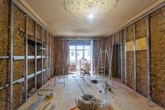 Διαδικασία εργασίας τα πλαίσια μετάλλων για τον ξηρό τοίχο γυψοσανίδας για την παραγωγή των τοίχων γύψου Στοκ Εικόνες