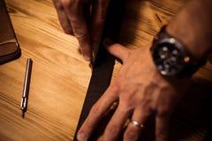 Διαδικασία εργασίας της ζώνης δέρματος στο εργαστήριο δέρματος Εργαλείο επεξεργασίας εκμετάλλευσης ατόμων και εργασία Βυρσοδέψης  Στοκ φωτογραφία με δικαίωμα ελεύθερης χρήσης