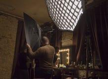 Διαδικασία εργασίας του φωτογράφου στο στούντιο στοκ εικόνες με δικαίωμα ελεύθερης χρήσης