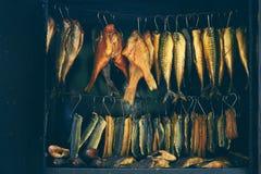 Διαδικασία καπνίσματος ψαριών, θαλάσσια ψάρια Στοκ φωτογραφίες με δικαίωμα ελεύθερης χρήσης