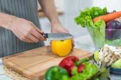 Διαδικασία μαγειρέματος πιπέρια κουδουνιών κίτρινα Πρόσωπο που τεμαχίζει το κόκκινο κουδούνι π Στοκ φωτογραφίες με δικαίωμα ελεύθερης χρήσης